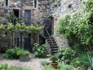 Ogród wiejski można urządzić nawet w miejskiej zabudowie
